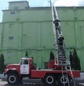 Рятувальники гасили пожежу на Дубенському комбінаті хлібопродуктів