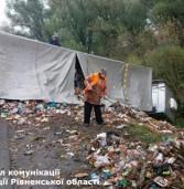 Вантажівка із львівським сміттям перекинулась біля Дубна