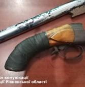 Жителі Рівненщини зберігають вдома «знайдену» зброю