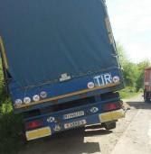 Внаслідок ДТП водія затиснуло у вантажівці