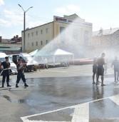 Людей в центрі міста поливали з пожежних стволів