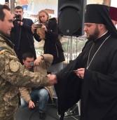 Військовослужбовцям та волонтерам архієпископ Іларіон вручив грамоти та медалі