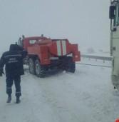 Із снігового полону визволили півсотні вантажівок