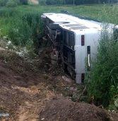Автобус з пасажирами злетів у кювет та перекинувся на бік (фото)